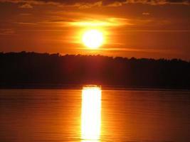 il tramonto sull'acqua, l'usato e il cielo del Mar Baltico stanno bruciando foto