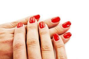 manicure - mani della bella donna ben curate con smalto rosso foto