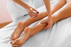 donna spa. primo piano della donna che ottiene trattamento della stazione termale. massaggio gambe foto