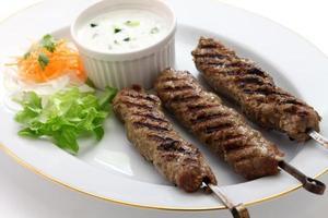 kebab di agnello macinato su sfondo bianco