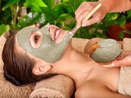 maschera viso all'argilla nella spa di bellezza foto
