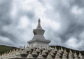 sacro tempio di buddha in tibet e porcellana tradizionale foto