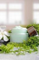 vista verticale di alghe crema vaso foto