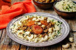 trito speziato con albicocche secche, anacardi e couscous.
