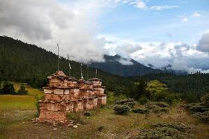 Chortens nella regione di Dolpo, Nepal foto