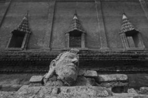antica statua della testa del buddha in rovina del tempio sottomarino foto
