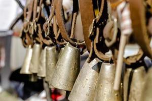 primo piano di vecchie campane metalliche