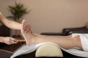 primo piano del massaggio ai piedi foto