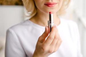 rossetto per dipingere le labbra foto