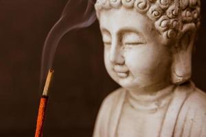 zen: rauchmeditation mit buddha foto
