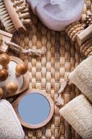composizione di articoli per la cura della pelle di ristoro su sfondo di vimini s foto