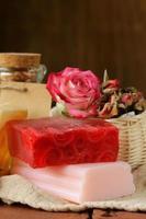 sapone fatto a mano con profumo di rose foto