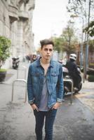 giovane uomo bello modello alternativo scuro foto