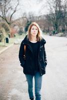 donna bionda sportiva di giovani bei pantaloni a vita bassa foto