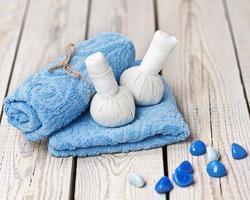 impostazione di massaggio spa con timbri impacchi alle erbe tailandesi. foto