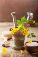 mortaio con fiori ed erbe per spa e aromaterapia foto