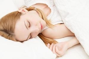 donna caucasica che dorme foto