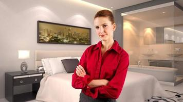 donna di affari caucasica di viaggio in un interno dell'hotel