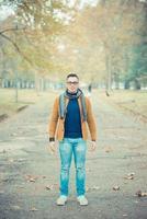 giovane uomo caucasico bello nel parco di autunno foto