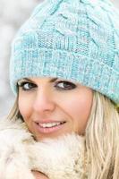 giovane ragazza caucasica sorridente che esamina la macchina fotografica foto