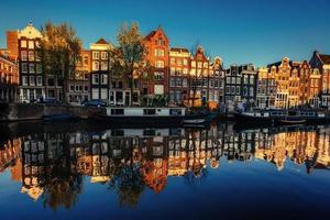 bella notte ad amsterdam. illuminazione notturna degli edifici an