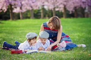 bellissimo ritratto di due adorabili ragazzi caucasici e madre foto