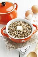 porridge di grano saraceno con burro e uova foto