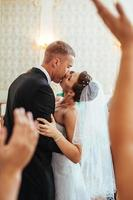 bella coppia caucasica appena sposata e ballare il loro primo ballo foto