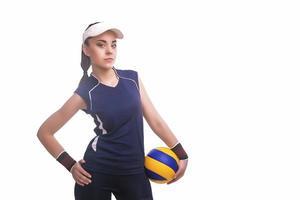 giocatore di pallavolo femminile professionale caucasico dotato in attrezzatura di pallavolo con la sfera foto