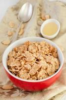 cereali nella ciotola con un cucchiaio foto