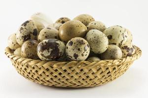 uova di quaglia a forma ovale di vimini foto