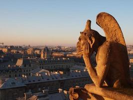 Chimera in cima alla torre della cattedrale di Notre Dame foto