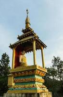 statua dorata del buddha sul chiangmai foto