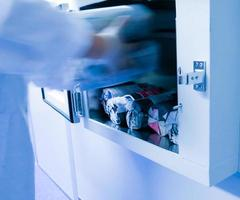 lo sperimentatore passò nella cabina dei mezzi di coltura microbiologici foto