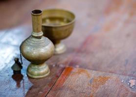 la mano versa l'acqua cerimoniale foto