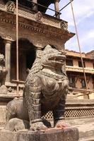 sculture di leone, patan, valle di kathmandu, nepal foto