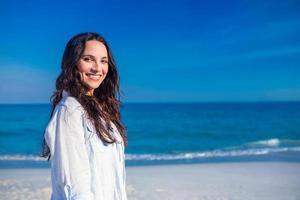 donna felice in spiaggia foto
