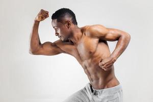 uomo afroamericano atletico senza camicia
