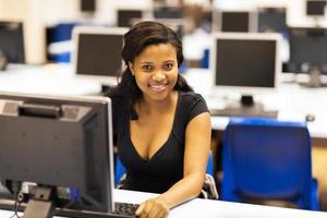 studente di college americano africano in sala computer foto