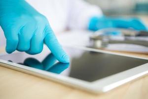 medico che utilizza computer tablet foto