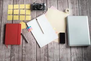 scrivania di design con pochi elementi foto