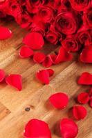mazzo di rose sullo scrittorio di legno foto