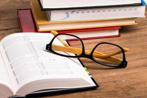 occhiali e libri foto