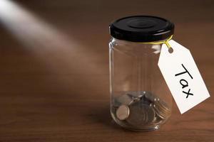 monete in un barattolo di marmellata foto