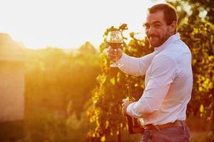 uomo con un bicchiere di vino rosso foto