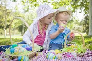 carino giovane fratello e sorella godendo le loro uova di Pasqua fuori