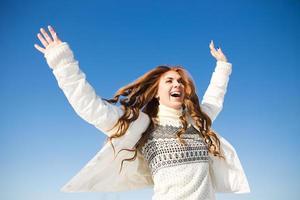 felice giovane donna divertirsi e godersi la neve fresca foto