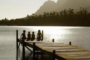 bambini seduti sul molo