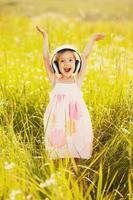 bambina felice sulla natura foto