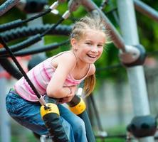bambina in un parco giochi foto